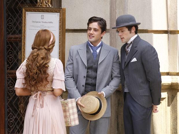 Alice pede a Albertinho para ter dois dedos de prosa com Teodoro (Foto: Lado a Lado/TV Globo)