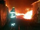Bombeiros apagam incêndio em empresa de carvão em Uberlândia