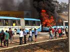 Manifestantes bloqueiam a GO-070 e queimam ônibus, em Goiânia