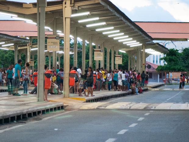 Sem ônibus, plataforma do Terminal da Praia Grande ficaram lotadas no fim de semana (Foto: Paulo Soares/O Estado)