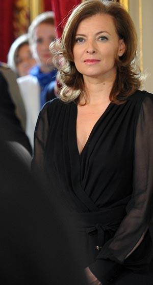 Valérie Trierweiler, a nova primeira-dama da França, durante a cerimônia (Foto: AFP)