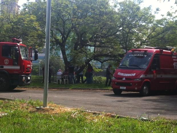 Familiares de empresário acompanham momento em que corpo é resgatado na USP (Foto: Letícia Macedo/ G1)