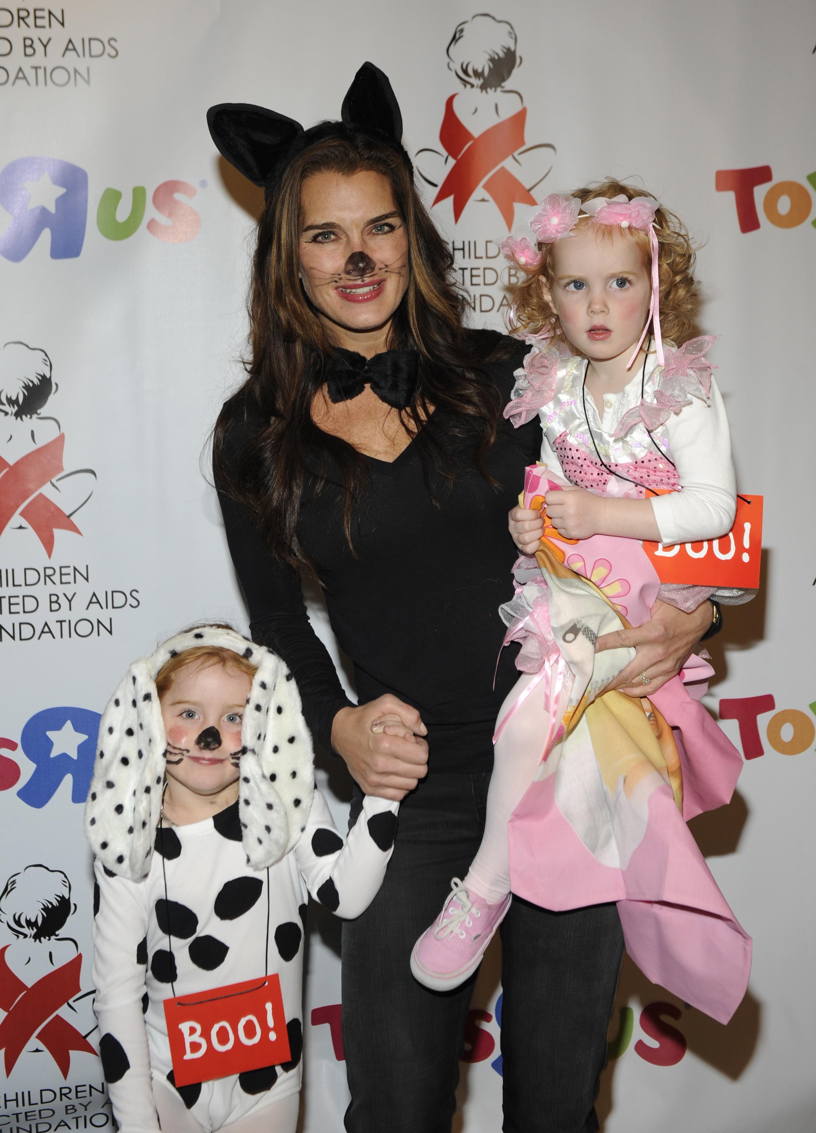 Brooke Shields com suas duas filhas Rowan e Grier (Foto: Divulgação)