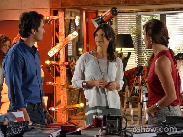 Antes de confusão, Laerte, Verônica e Clara conversam com alfinetadas (Foto: Em Família/ TV Globo)