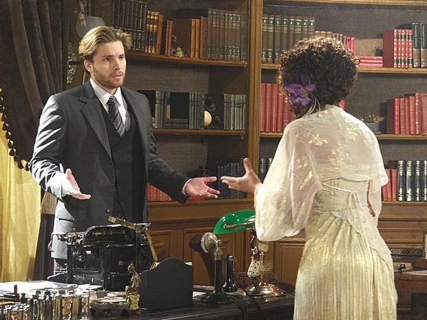 Edgar tenta acalmar a cliente, mas Isabel está muito nervosa (Foto: Lado a Lado / TV Globo)