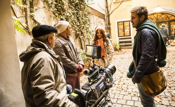 Jayme Monjardim dirige os atores em Viena (Foto: Globo / João Miguel Jr.)