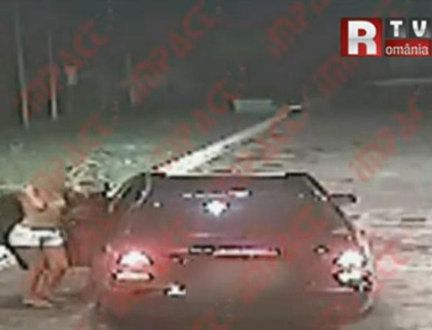 Loira bêbada foi flagrada dançando de topless em posto de combustível em Târgu Jiu. (Foto: Reprodução)