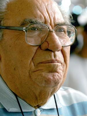 Samuel Klein em dezembro de 2004, O proprietário e fundador das Casas Bahia, Samuel Klein (d), na abertura da 'Super Casas Bahia', no Pavilhão do Anhembi, Zona Norte de São Paulo (Foto: Eduardo Nicolau/Estadão Conteúdo/Arquivo)