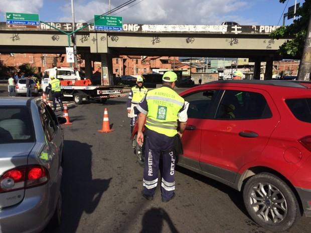 Acesso à Cidade de Deus pela Estrada do Gabinau é fechado durante operação da PM (Foto: Alessandro Ferreira/G1)