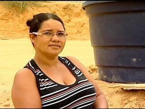 Rosiane usa água colocada em caixas d'água na comunidade de Pancas, no Espírito Santo (Foto: Reprodução/ TV Gazeta)