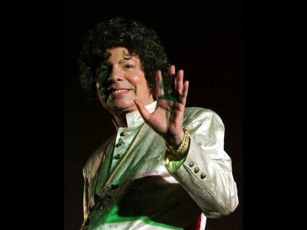 O cantor Cauby Peixoto se apresenta no prédio do BNDES, no centro do Rio de Janeiro, em agosto de 2004 (Foto: Alaor Filho/Estadão Conteúdo/Arquivo)