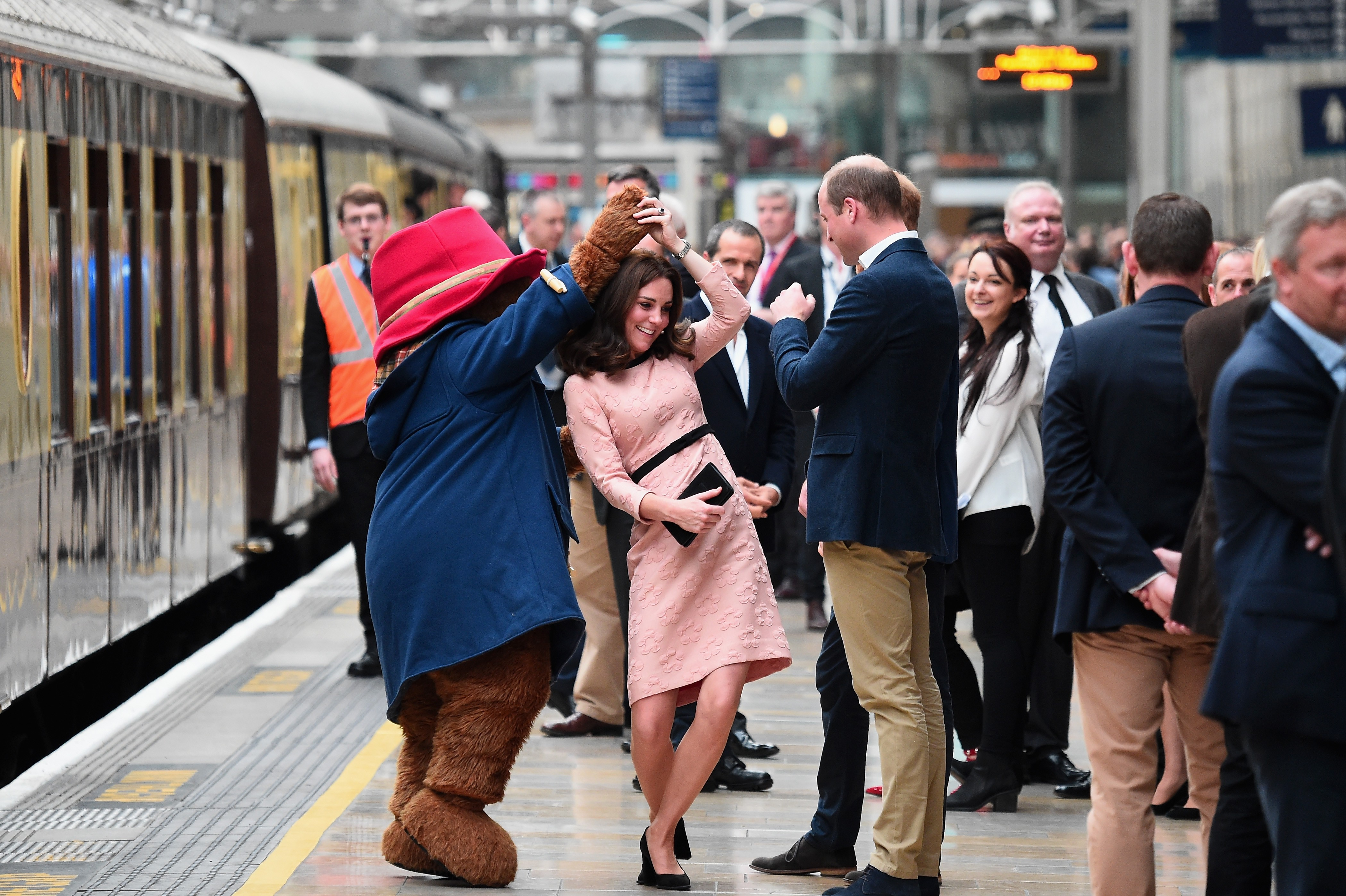 Kate Middleton dança com Paddington Bear (Foto: Jonathan Brady - WPA Pool/Getty Image)
