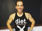 Leandro Hassum posa sem camisa e exibe silhueta seca e braços fortes