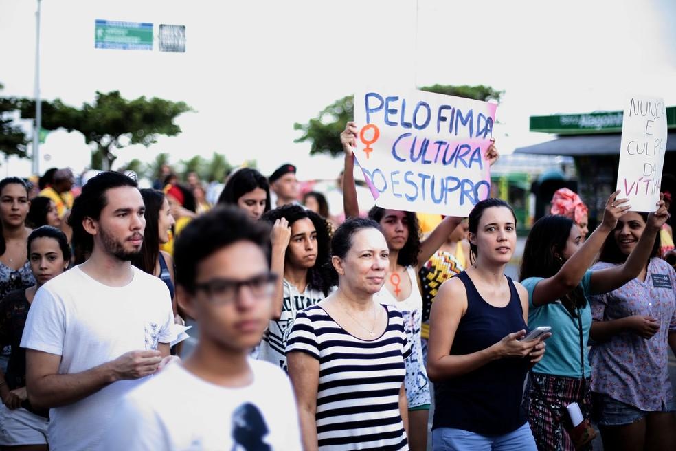 Grupo faz caminhada contra estupro em Alagoas (Foto: Jonathan Lins/G1)