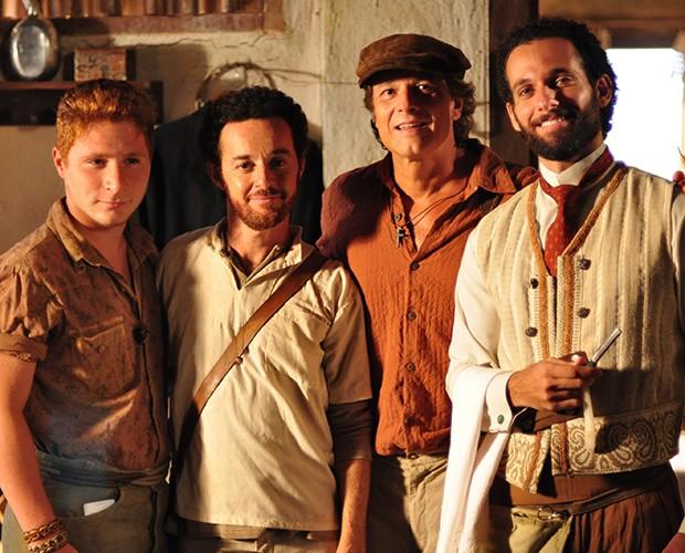 Farid (Mouhamed Harfouch), Quiquiqui (Marcelo Novaes), Setembrino (Glicério Rosário) e Galego (Renan Ribeiro) em Cordel Encantado (Foto: Estevam Avellar / TV Globo)