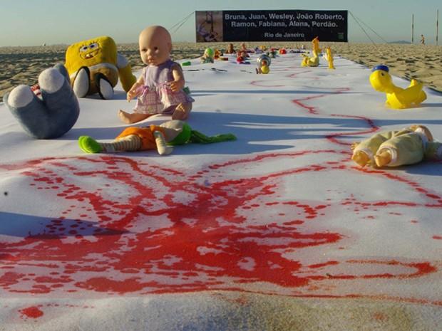 Rio de Paz faz protesto na praia de Copacabana contra mortes de crianças (Foto: Murilo Rezende/Futura Press)