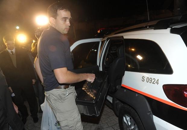 Perito leva provas para análise (Foto: Francisco Cepeda/AgNews)