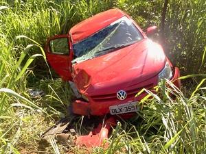 acidente carro vermelho (Foto: Marina Pereira/G1)