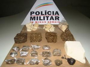 PM apreende maconha e crack em casa abandonada em Montes Claros (Foto: Divulgação Polícia Militar)