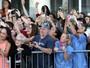 Idosa chama atenção ao não usar celular em evento com Johnny Depp