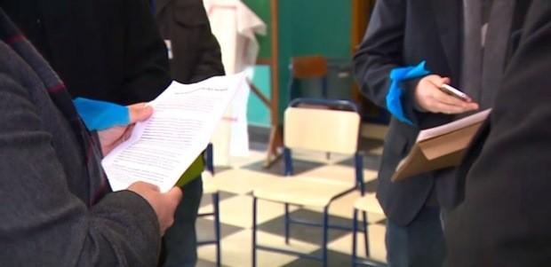 Documento foi entregue por secretário a estudantes em Porto Alegre (Foto: Reprodução/RBS TV)