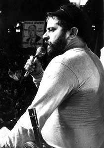Luiz Inácio Lula da Silva discursa na Praça da Sé tomada por milhares de pessoas durante o Comício Pró-Diretas, realizado na zona central da capital. (Foto: João Pires/AE)