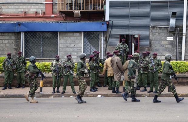 Militares quenianos inspecionam e isolam ras próximas ao shopping atacado em Nairóbi (Foto: Sayyid Azim/ AP)