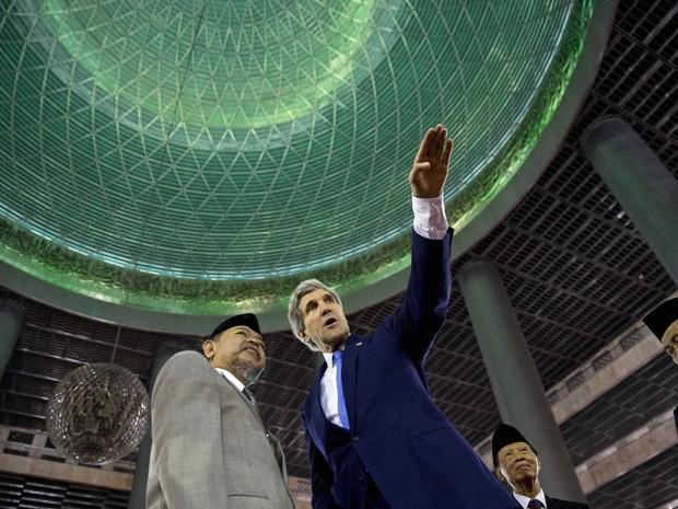 'É muito bonita. É um lugar extraordinário. A maior mesquita da Ásia e a terceira maior do mundo, e um lugar muito notável de oração', comentou Kerry  (Foto: Reuters)