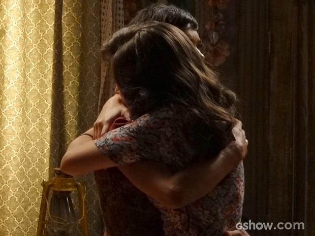 Lituana consola amiga e fala para ela contar tudo para Franz (Foto: Joia Rara/TV Globo)