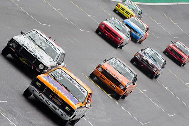 Opalões da Old Stock Race criam sua parabólica na reta de Interlagos (Foto: Divulgação/Humberto Silva)