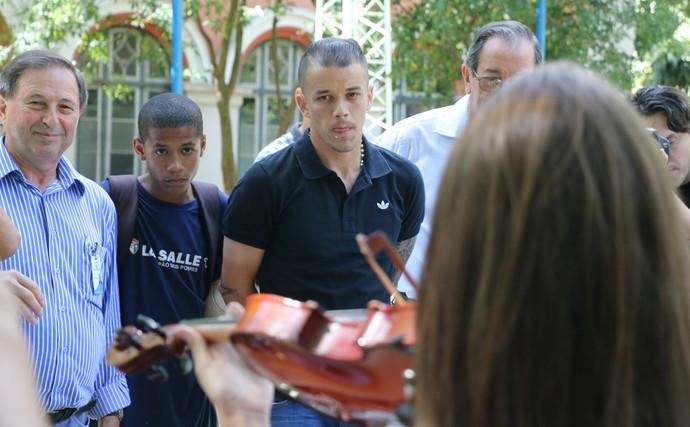 dalessandro inter visita pão dos pobres (Foto: Eduardo Deconto/GloboEsporte.com)