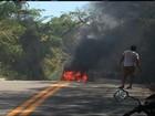 Van de transporte coletivo pega fogo em Juazeiro e assusta passageiros