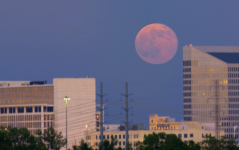 Lua poderá ser vista em tamanho ampliado por volta das 18h, perto da linha do horizonte (Foto: Joe/flickr/creative commons)