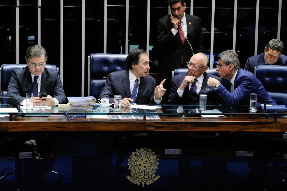 Mesa do Senado durante sessão de discussão da reforma trabalhista nesta quinta-feira (6) (Foto: Edilson Rodrigues/Agência Senado)