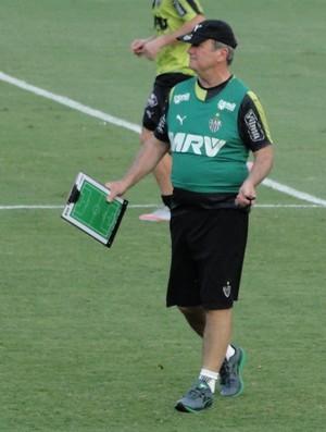 Levir e seu campinho (Foto: Léo Simonini)
