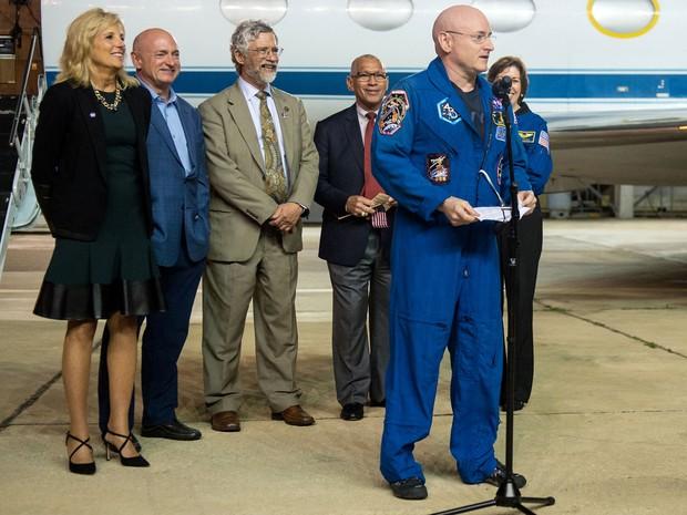 Astronauta Scott Kelly fala à imprensa em Houston nesta quinta-feira, depois de seu retorno à Terra (Foto: Joel Kowsky/Nasa)