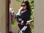 Anne Hathaway é fotografada em público com o filho pela primeira vez