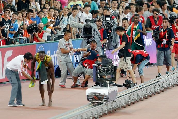 Usain Bolt é atropelado por câmera em segway após final dos 200m do Mundial de Atletismo (Foto: Getty Images)