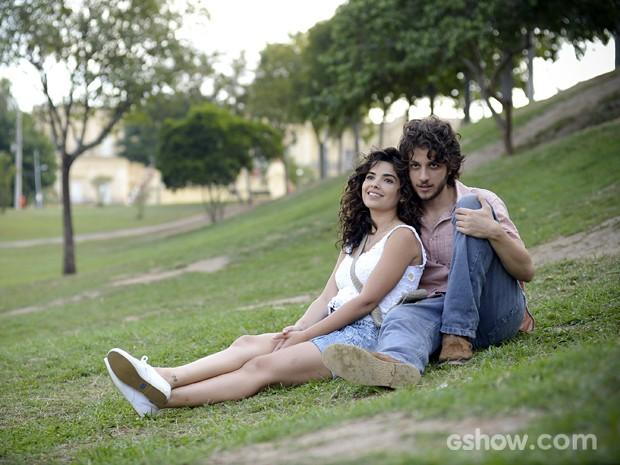 A moça não aguenta mais amar às escondidas (Foto: Raphael Dias/TV Globo)