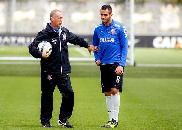 Mano Menezes e Renato Augusto em treino do Timão (Foto: Rodrigo Coca / Agência Corinthians / reprodução globoesporte.com)