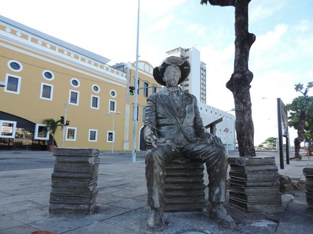 Estátua de Ascenso Ferreira teve o rosto completamente desfigurado (Foto: Katherine Coutinho / G1)