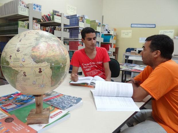Henry estuvaja com colega Davi Airam, que está a menos de um ponto de conseguir uma vaga em Ciências Biológicas, na UFRPE. (Foto: Luna Markman/G1)