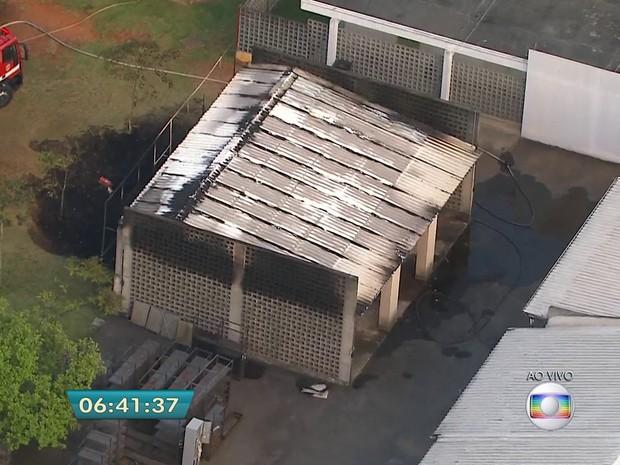 Incêndio atingiu área de cinemateca na madrugada desta quarta (Foto: Reprodução/TV Globo)