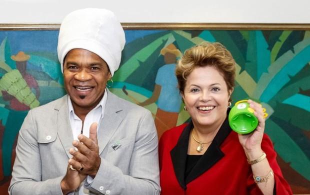 Dilma Rousseff e carlinhos Brown caxirola (Foto: Roberto Stuckert Filho / PR)