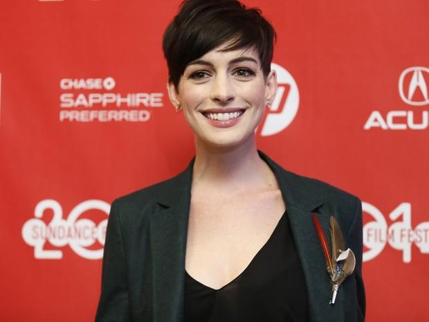 20/01 - Anne Hathaway divulga o filme 'Song One' no Festival de Sundance 2014. (Foto: Danny Moloshok/Invision/AP)
