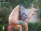 Dado Dolabella exibe os músculos ao praticar posição da ioga