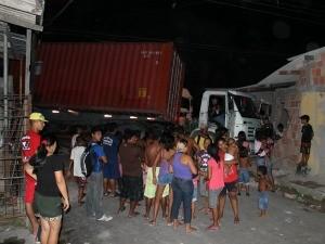 O caminhão interditou a esquina entre a Av. Solimões e a Rua Tiradentes (Foto: Mônica Dias/G1)
