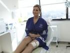 Andressa Urach troca o dreno das pernas e explica afastamento da folia