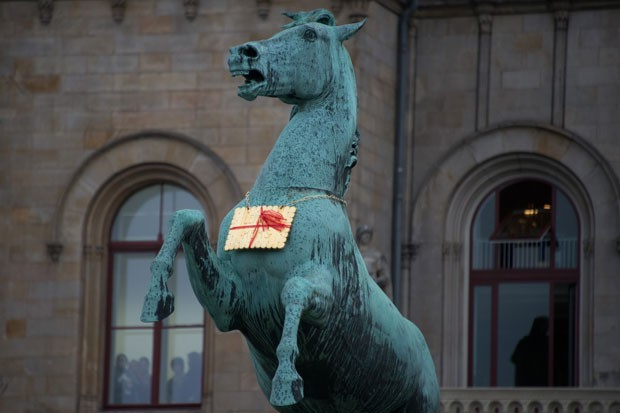 Biscoito de metal foi encontrado em uma estátua de cavalo  (Foto: Jochen Luebke/AFP)