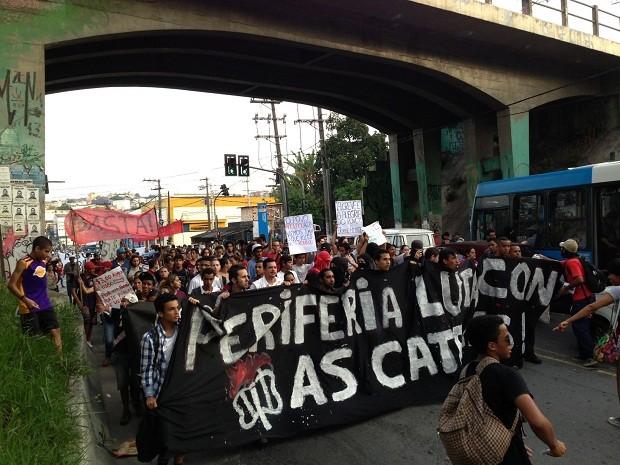 Manifestantes caminham pela Avenida Belmira Marin. (Foto: Marcelo Mora/G1)